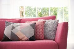 Soffa med färgrika kuddar arkivbild