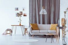 Soffa med gula kuddar arkivbild