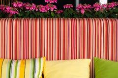 Soffa med härliga färgglade kuddar Royaltyfri Foto