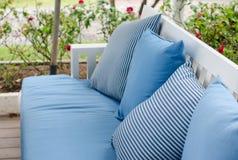 Soffa med kuddar på gardenbackground Arkivbild