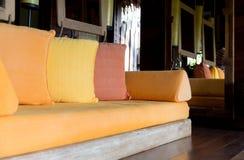 Soffa med kuddar på hotellrum eller hemmet Royaltyfri Bild