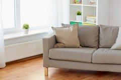 Soffa med kuddar på slags tvåsittssoffahemvardagsrum royaltyfri bild