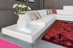 Soffa med vita stoppning och kuddar arkivfoton
