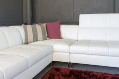 Soffa med vita stoppning och kuddar arkivbild