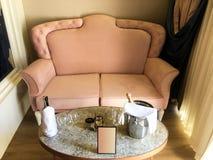 Soffa och champagne royaltyfri foto