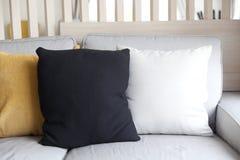 Soffa och färgrik kudde royaltyfria bilder