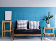 soffa och kuddemöblemang, bostads- inre av modernt Royaltyfria Bilder