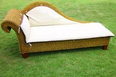 Soffa på en gräsmatta Royaltyfri Foto