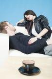 soffa som skrattar lyckligt liggande talande tonår Royaltyfri Foto