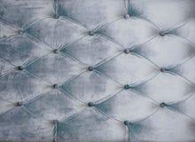 Soffa-typ velourscreed som dras åt med knappar Grå chesterfieldsoffastil vadderade upp stoppningbakgrundslut Capitone arkivbild