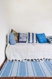 Soffan med många kudde Fotografering för Bildbyråer