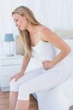 Sofferenza bionda turbata con il mal di stomaco Immagini Stock