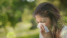 Sofferenza della donna dallo starnuto e dalle cellule di infezione dei batteri stock footage
