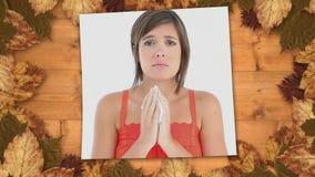 Sofferenza della donna di rappresentazione dello schermo dallo starnuto di allergia e dalla struttura delle foglie di autunno archivi video