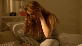 Sofferenza diminuita della giovane donna dall'emicrania a casa, emozioni negative, sforzo archivi video
