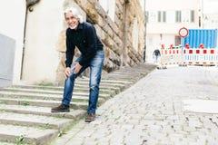 Sofferenza senior dal dolore del ginocchio Fotografie Stock Libere da Diritti