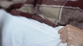 Sofferenza senior della donna dal dolore acuto improvviso, pulsante per alleviare agonia video d archivio