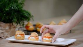 Soffi di color salmone e creamcheese approvvigionamento dello spuntino di festa Profiteroles o canape video d archivio