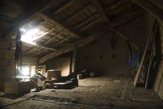 Soffitta una casa abbandonata foto stock iscriviti gratis for Piani di fattoria con stanza bonus