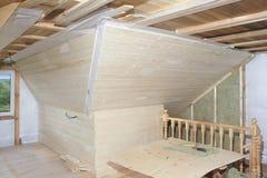 Soffitta in costruzione: lana minerale del montaggio e bordo di affare Fotografie Stock Libere da Diritti