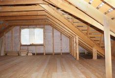 Soffitta nella vista globale in costruzione della casa di legno Fotografie Stock Libere da Diritti