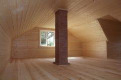 Soffitta recentemente costruita ed affrontata con il camino del mattone Immagini Stock