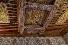 Soffitti scolpiti di legno decorativi antichi Marrakesh Marocco Fotografie Stock Libere da Diritti