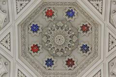 Soffitto bianco dentro la stanza bianca del castello di Sammezzano Immagini Stock Libere da Diritti