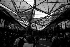 Soffitto centrale della stazione ferroviaria di Napoli Immagine Stock