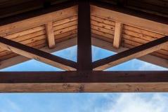 Soffitto del fascio di legno con progettazione simmetrica Fotografia Stock