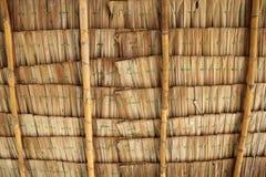 Soffitto del padiglione locale tailandese fatto dalle foglie secche della palma nipa fotografia stock libera da diritti