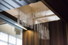 Soffitto di Crystal Line Mobiles Chandelier From fotografie stock