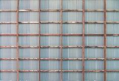 Soffitto di legno della struttura con il vecchio tetto arrugginito dello zinco, fondo Fotografia Stock