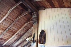 Soffitto di legno esposto della cabina immagine stock libera da diritti
