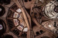 Soffitto di una cattedrale dall'interno fotografia stock