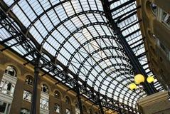 Soffitto di vetro e lampade elettriche o luci nella sera Immagini Stock