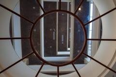 Soffitto di vetro rotondo dentro la costruzione nella località di soggiorno immagine stock libera da diritti
