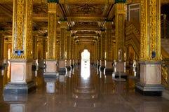 Soffitto dorato di un tempiale antico in pala di estate Fotografia Stock Libera da Diritti