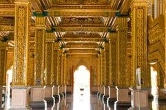 Soffitto dorato di un tempiale antico in pala di estate Fotografie Stock