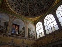 Soffitto e finestre del dettaglio del palazzo di Topkapi fotografia stock libera da diritti