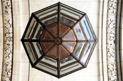 Soffitto e lampadario a bracci delle biblioteche fotografia stock libera da diritti