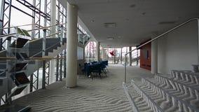 Soffitto moderno del dettaglio-vetro di architettura nell'edificio per uffici colpo dello steadicam video d archivio