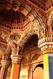 Soffitto ornamentale e colonne del corridoio dharbar del corridoio di ministero nel palazzo di maratha del thanjavur Fotografia Stock Libera da Diritti