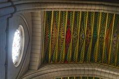Soffitto variopinto e luce luminosa della finestra in Almudena Cathedral immagine stock libera da diritti