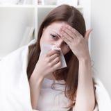Soffre dalla ragazza di allergie Immagine Stock