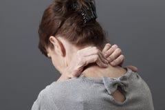 Soffrendo da un collo e da un lavoro eccessivo dolorosi Fotografia Stock Libera da Diritti