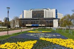SOFIA, ΒΟΥΛΓΑΡΙΑ - 14 ΑΠΡΙΛΊΟΥ 2018: Λουλούδια στο πάρκο μπροστά από το εθνικό παλάτι του πολιτισμού στη Sofia Στοκ φωτογραφίες με δικαίωμα ελεύθερης χρήσης