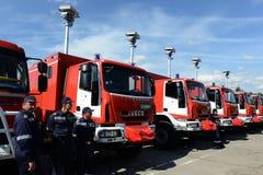 Sofia Bułgaria, Czerwiec, - 9, 2015: Nowi samochody strażaccy przedstawiają ich strażacy Obrazy Royalty Free