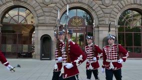 SOFIA BUŁGARIA, KWIECIEŃ, - 24, 2018: Zmiana strażnicy przy prezydentura budynkiem Główne wejście prezydentura zbiory