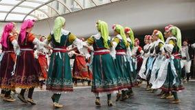 SOFIA BUŁGARIA, MAJ, - 7, 2018: Ludzie w tradycyjnych kostiumach tanczą bulgarian horo w Sofia, Bułgaria Zdjęcia Stock